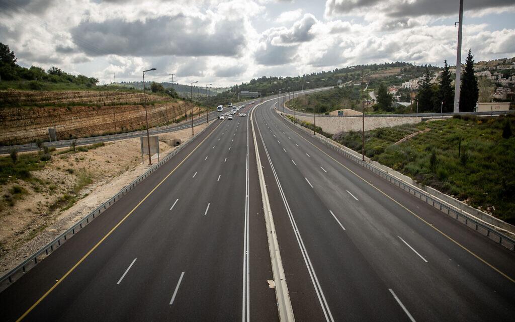 La police à un point de contrôle temporaire sur le route 1 autour de Jérusalem le 8 avril 2020, alors qu'un couvre-feu entrait en vigueur la veille de Pessah afin de limiter la propagation du coronavirus. took effect. (Jonatan Sindel/Flash90)