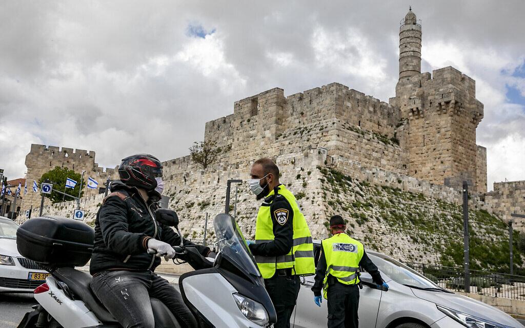 Des officiers de police à un barrage temporaire à Jérusalem, le 8 avril 2020, en plein confinement national visant à empêcher la propagation de l'épidémie de coronavirus pendant la fête de Pessah. (Olivier Fitoussi/Flash90)