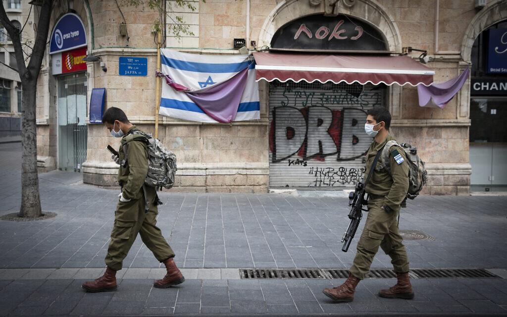 Des soldats patrouillent dans le centre ville de Jérusalem pour faire appliquer le couvre-feu de Pessah, le 9 avril 2020. (Olivier Fitoussi/Flash90)