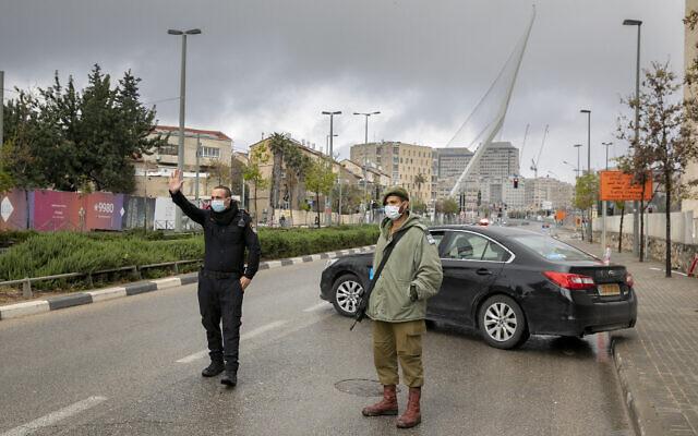 Un officier de police et un soldat israélien à un barrage temporaire à Jérusalem le 11 avril 2020 pour s'assurer que la population respecte bien le règles de confinement contre le COVID-19.(Olivier Fitoussi/Flash90)