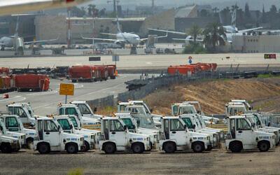 Des avions et d'autres équipements stationnés à l'aéroport Ben Gurion le 6 avril 2020. (Moshe Shai/FLASH90)