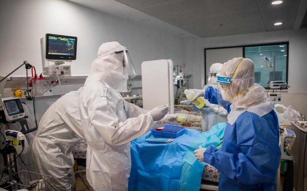 Une équipe médicale traite un patient atteint du COVID-19 dans une unité spécialisée à l'hôpital Mayanei Hayeshua à Bnei Brak, le 13 avril 2020. (Nati Shohat/Flash90)