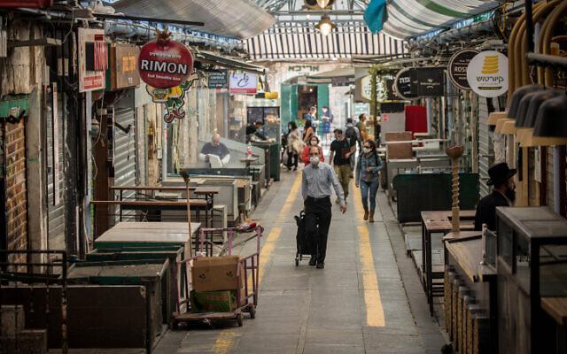 Des personnes font leurs courses au marché Mahane Yehuda à Jérusalem, le 16 avril 2020. (Photo par Yonatan Sindel/Flash90)