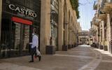 Un homme passe devant des magasins fermés dans le centre commercial Mamilla à proximité de la Vieille Ville de Jérusalem, le 22 avril 2020. (Olivier Fitoussi/Flash90)