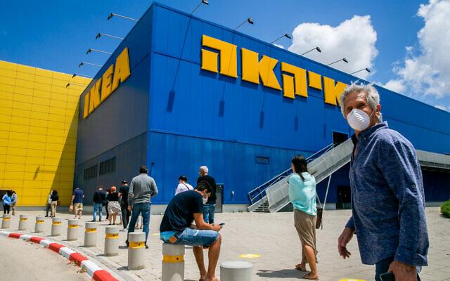 Des Israéliens attendent devant le magasin IKEA à Netanya, après que l'entreprise a rouvert certains magasins en Israël, le 26 avril 2020. (Yossi Aloni / Flash90)