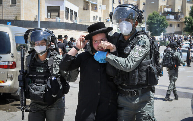 Des policiers s'opposent à des résidents ultra-orthodoxes lors d'un raid dans un quartier de Beit Shemesh, le 28 avril 2020. (Yaakov Lederman/Flash90)