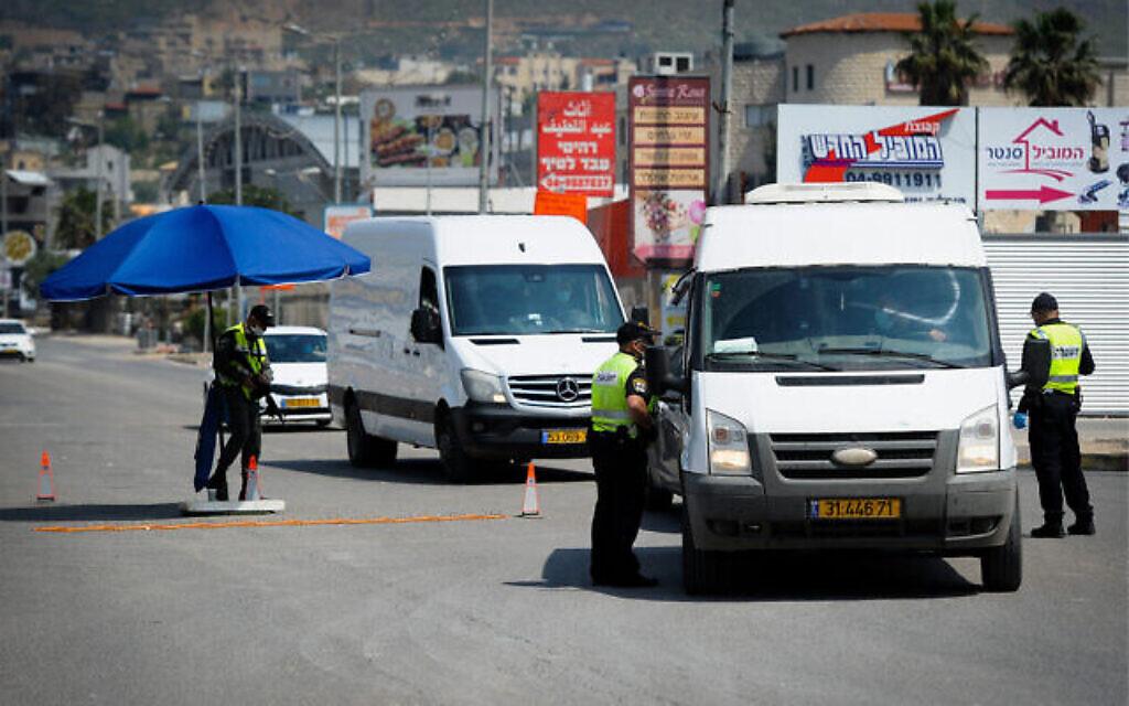 La police à un barrage temporaire dans la ville arabe du nord d'Israël de Deir al-Asad, le 15 avril 2020. (Basel Awidat / Flash90)