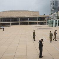 Des soldats et une patrouille de police à Tel Aviv contrôlent que les personnes n'enfreignent pas les ordres de confinement pour empêcher la propagation du coronavirus, le 1 avril 2020. (Miriam Alster/Flash90)