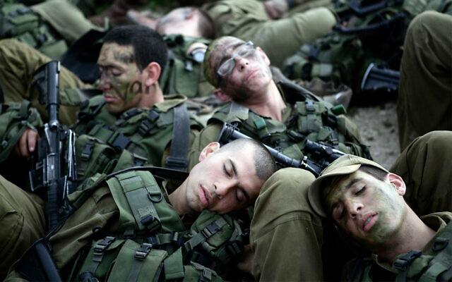 Des soldats israéliens forment après une marche de 40 kilomètres, el 16 février 2020. (Abir Sultan/Flash90)