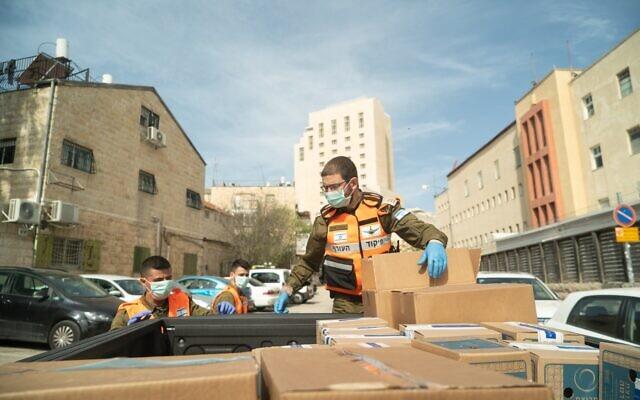 Des soldat se préparent à distribuer des rations de nourriture aux résidents des villes et localités durement touchées par le coronavirus, photo sans date. (Armée israélienne)