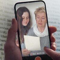 Une femme et une jeune fille lisent les noms des victimes de la Shoah. (Crédit: Yad Vashem)
