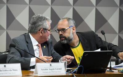 Le blogger Allan dos Santos (droite) interrogé par la commission nationale du Congrès qui enquête sur les fausses informations diffusée dans la vie politique à Brasilia au Brésil, le 5 novembre 2019. (Roque de Sa / Agencia Senado)