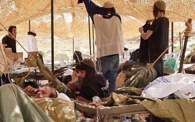 """Des """"jeunes des collines"""" ensemble en quarantaine  dans une tente fournie par Tsahal le 7 avril 2020. (Autorisation)"""