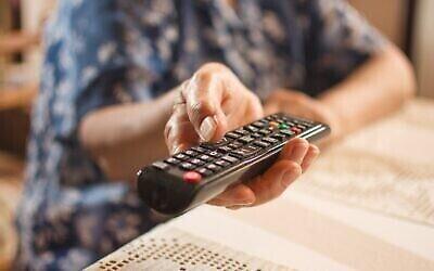 Une femme âgée regarde la télévision.  (Bojan89/iStock/Getty Images)