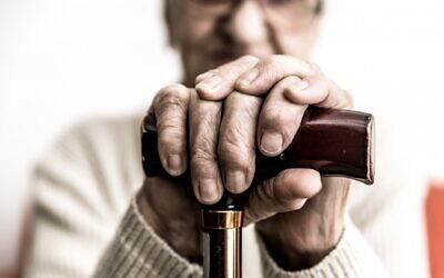 Image d'une personne âgée avec une cane. (oneinchpunch/ iStock par Getty Images)