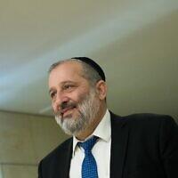 Le chef du parti Shas Aryeh Deri arrive à la Knesset pour une rencontre avec le Premier ministre Benjamin Netanyahu, le 3 mars 2020. (Yonatan Sindel/Flash90)