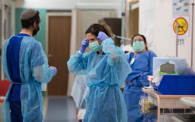 Des soignants travaillant dans la nouvelle unité du COVID-19 à l'hôpital Shaare Zedek de Jérusalem, le 31 mars 2020. (Nati Shohat/FLASH90)