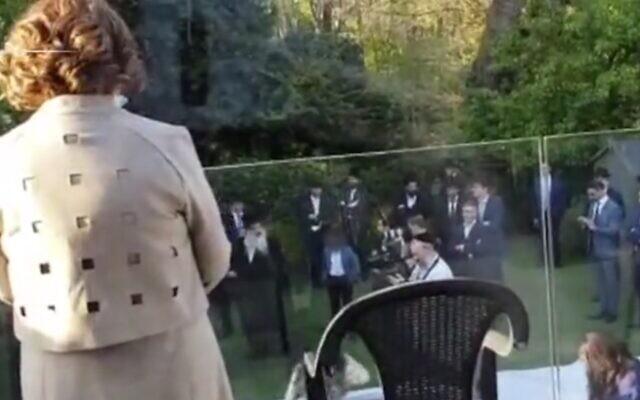 Des dizaines de personnes participent à un mariage juif à Golders Green à Londres, le 22 avril 2020 lors de l'épidémie de coronavirus. (Capture d'écran : MailOnline)