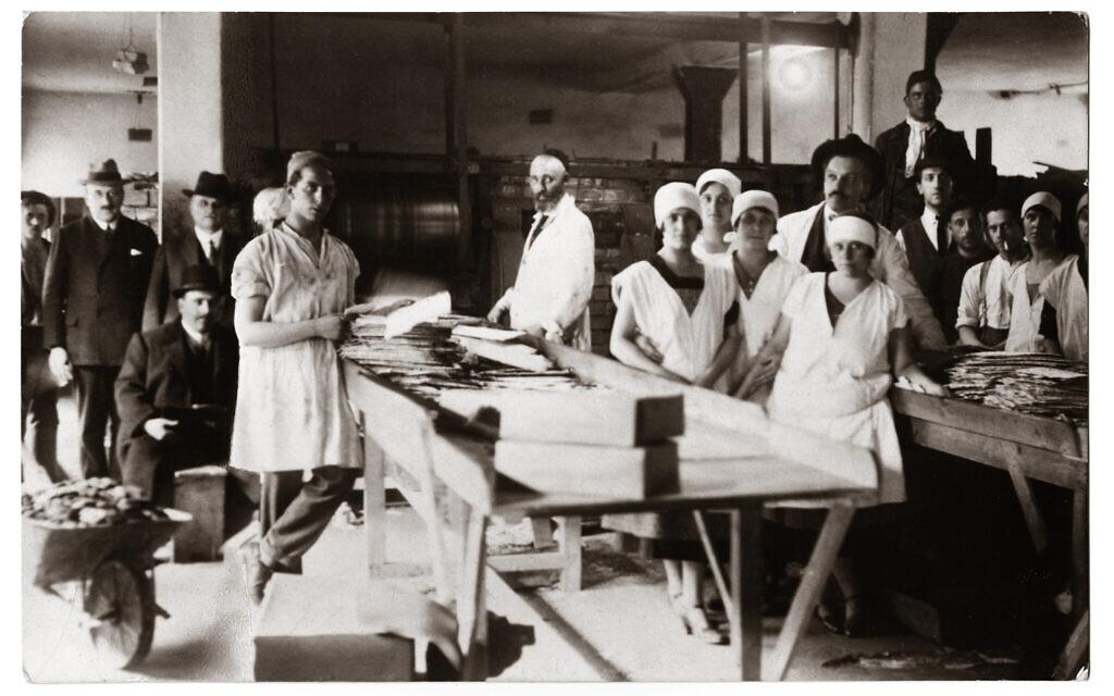 Des représentants de la communauté juive de Pest rendent visite à la boulangerie matzo de la communauté dans la rue Tuzer dans les années 1920.  (Photographie par Kalman Boronkay/ Crédit CEU Press)