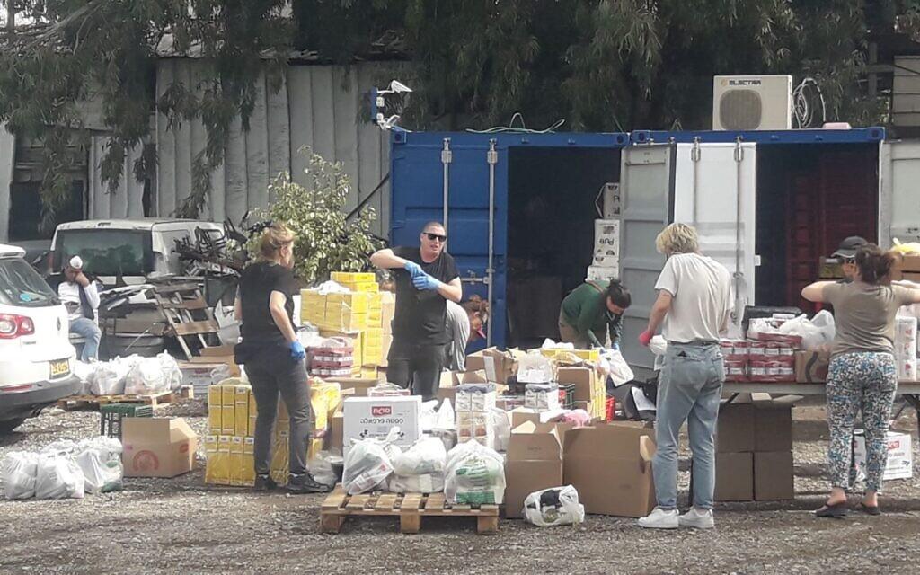 Des bénévoles de Mazon Neshama organisent des dons alimentaires pour les demandeurs d'asile à Pesia's kitchen, Tel Aviv, au mois de mars 2020. (Crédit : Gideon Ben-Ami)