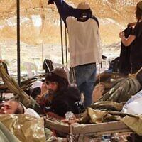 Des Jeunes des collines en quarantaine ensemble dans une tente fournie par l'armée israélienne, le 7 avril 2020. (Autorisation)