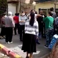 La police appelée dans un magasin de Rishon Lezion pour gérer les foules venues acheter des œufs, le 5 avril 2020. (Capture d'écran Ynet)