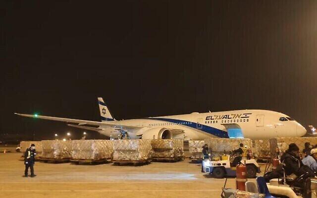 Un avion transportant 20 tonnes de matériel médical en provenance de Chine arrive à l'aéroport Ben Gurion, le 6 avril 2020. (El Al/Ministère de la Défense)