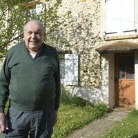 Auguste Hery devant la maison où était cachée la famille Burak, à Champvoisy (Marne). (Crédit : Yad Vashem France)