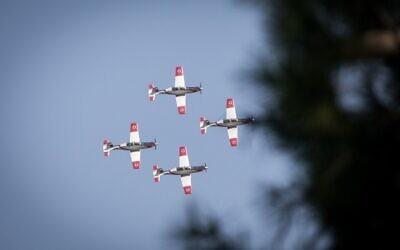 Des avions  des forces aériennes font des acrobaties dans le ciel de Jérusalem lors d'une exhibition pour la 72è Journée de l'Indépendance, qui aura lieu la semaine prochaine, une photo prise le 22 avril 2020 (Crédit : Yonatan Sindel/Flash90)