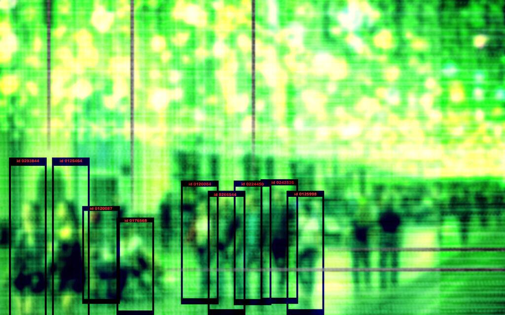 Image conceptuelle - technologie de reconnaissance faciale - illustration du concept de grandes données et de sécurité en ville. Les gens marchent dans la rue le soir, le système de vision nocturne les observe. (iStock)