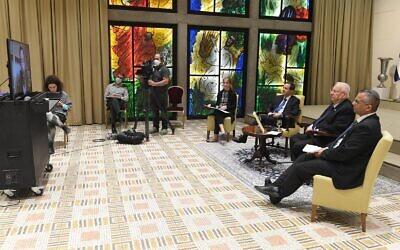 Le président Reuven Rivlin (deuxième à partir de la droite) tient une vidéoconférence pré-Pessah avec les dirigeants juifs du monde entier le 5 avril 2020 (Crédit ; Mark Neyman / GPO)