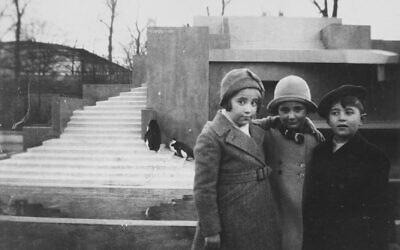 Une photo d'avant-guerre prise au zoo d'Amsterdam. Sur la photo, Leo et Bertie Serphos et leur ami Rene Schap. Bertie et Rene devaient périr pendant la Shoah (Crédit :  USHMM)