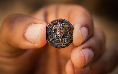 Cette photo, publiée par l'Autorité israélienne des Antiquités le 11 mai 2020, montre une pièce de la révolte de Bar Kochba trouvée près du mont du Temple dans la Vieille Ville de Jérusalem. (Autorité israélienne des Antiquités)