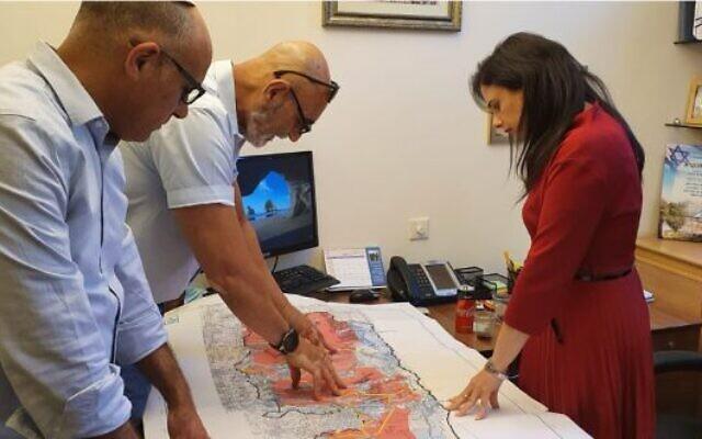 (De gauche à droite) Yigal Dilmoni, directeur du Conseil de Yesha, et David Elhayani, son président, montrent à la députée Yamina Ayelet Shaked une carte de la Cisjordanie d'après le plan Trump, le 25 mai 2020. (Autorisation)