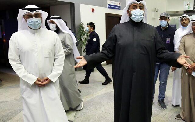 Le ministre koweitien de la Santé Sheikh Basel al-Sabah, à droite, parle à la presse à l'aéroport  Sheikh Saad Airport de Kuwait City, le 22 février 2020 (Crédit :  YASSER AL-ZAYYAT / AFP)