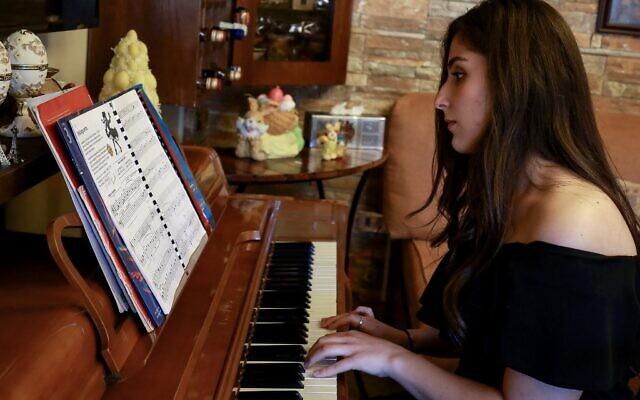 Taleen Hindeleh, 20 ans, est l'une des gagnantes du concours organisé par le ministère jordanien de la Culture pendant la crise du coronavirus. Photo prise à son domicile à Amman, le 30 avril 2020. (Crédit Khalil MAZRAAWI / AFP)