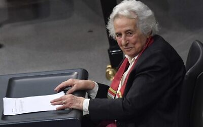 La survivante de la Shoah et violoncelliste Anita Lasker-Wallfisch s'adressant au Bundestag (chambre basse du Parlement allemand) à Berlin, le 31 janvier 2018, lors de la cérémonie annuelle à la mémoire des victimes et survivants de l'Holocauste. (Crédit : John MACDOUGALL / AFP)