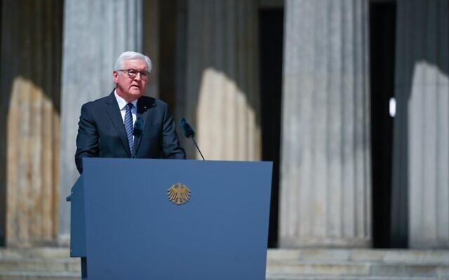 Le président allemand Frank-Walter Steinmeier prononce un discours lors d'une cérémonie de dépôt de couronnes pour marquer le 75e anniversaire de la fin de la Seconde Guerre mondiale, au Mémorial de la Neue Wache à Berlin, en Allemagne, le 8 mai 2020. (Crédit : HANNIBAL HANSCHKE / POOL / AFP)