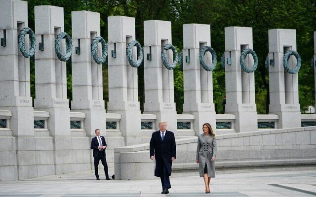 Le président américain Donald Trump et la première dame Melania Trump visitent le mémorial de la Seconde Guerre mondiale après avoir participé à une cérémonie commémorant le 75e anniversaire de la Victoire en Europe, à Washington, DC, le 8 mai 2020. (Photo de MANDEL NGAN / AFP)