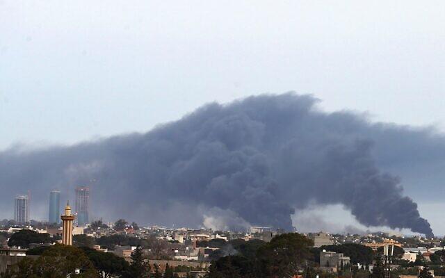 D'importants nuages de fumée s'élèvent au-dessus de bâtiments dans la capitale libyenne de Tripoli, après un bombardement qui aurait été mené par les forces de Khalifa Haftar, homme fort du pays, le 9 mai 2020. (Photo par Mahmud TURKIA / AFP)