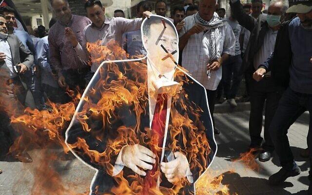 Les Palestiniens brûlent une effigie en carton du secrétaire d'Etat américain Mike Pompeo à l'occasion de sa visite en Israël dans la ville de Naplouse, en Cisjordanie, le 14 mai 21020 ( Crédit : JAAFAR ASHTIYEH / AFP)