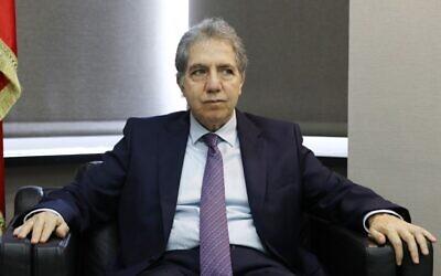 Le ministre libanais des Finances Ghazi Wazni écoute une question lors d'un entretien avec l'Agence France-Presse (AFP) dans son bureau au ministère dans la capitale libanaise de Beyrouth, le 15 mai 2020. (Photo par ANWAR AMRO / AFP)