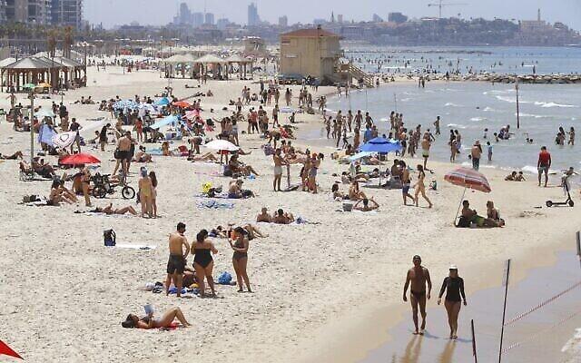 Des centaines d'Israéliens profitent des plages dans un contexte de hausse des températures dans la ville côtière de Tel Aviv malgré les restrictions causées par le COVID-19, le 16 mai 2020 (Crédit :  JACK GUEZ / AFP)