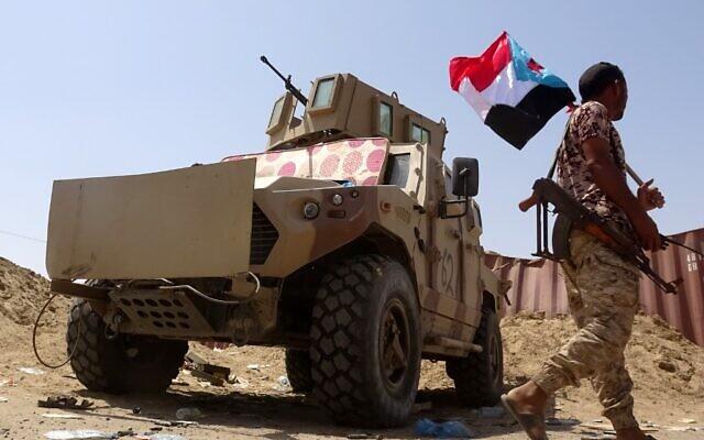 Un combattant loyal au Conseil de transition du sud (STC), une autorité parallèle dominée par les séparatistes, tient un drapeau séparatiste dans la province du sud d'Abyan, le 18 mai 2020. (Photo par Nabil HASAN / AFP)