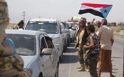 Des combattants loyaux au Conseil de transition du sud (STC), une autorité parallèle dominée par les séparatistes, rouvrent une voie rapide dans la province du sud d'Abyan, le 18 mai 2020. (Photo par Nabil HASAN / AFP)