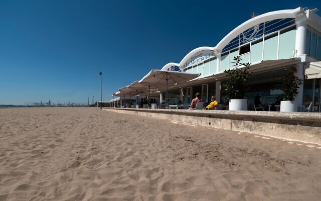 Une terrasse de la plage de La Malvarrosa à Valence, le 19 mai 2020. (Crédit : JOSE JORDAN / AFP)