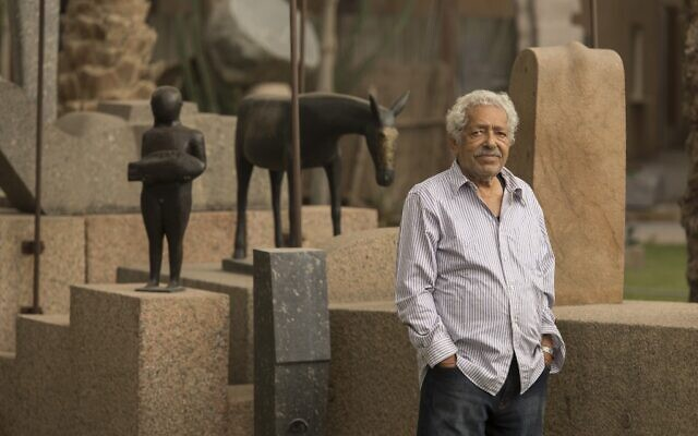 Le sculpteur égyptien Adam Henein en 2014 devant certaines de ses œuvres dans la capitale, Le Caire. (Crédit : Bassam ALZOGBY / AFP)