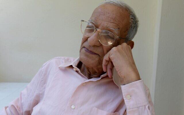 Le philosophe et anthropologue tunisien Youssef Seddik à son domicile dans la capitale de Tunis, le 23 mai 2020. (Crédit : FETHI BELAID / AFP)
