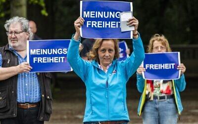 """Beatrix von Storch, responsable adjointe du parti Alternative pour l'Allemagne (AfD), brandit une pancarte indiquant : """"Liberté d'expression"""" lors d'une manifestation contre les mesures de confinement dans le cadre de la pandémie de coronavirus, à Berlin, le 23 mai 2020. (Crédit : John MACDOUGALL / AFP)"""