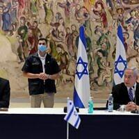 Le Premier ministre Benjamin Netanyahu, à droite, et le Premier ministre d'alternance et ministre de la Défense Benny Gantz, à gauche, lors de la réunion du cabinet du nouveau gouvernement organisée salle Chagall, à la Knesset de Jérusalem, le 24 mai 2020 (Crédit : ABIR SULTAN / POOL / AFP)